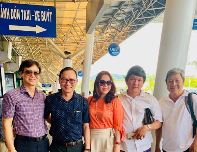 Ê kíp làm phim cùng chủ đầu tư Trịnh Minh Phúc.