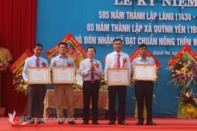 Trao tặng bằng khen của Chủ tịch UBND tỉnh cho 4 tập thể.              Cổng làng Thượng Yên, một trong những cổng làng đẹp nhất tỉnh Nghệ An.