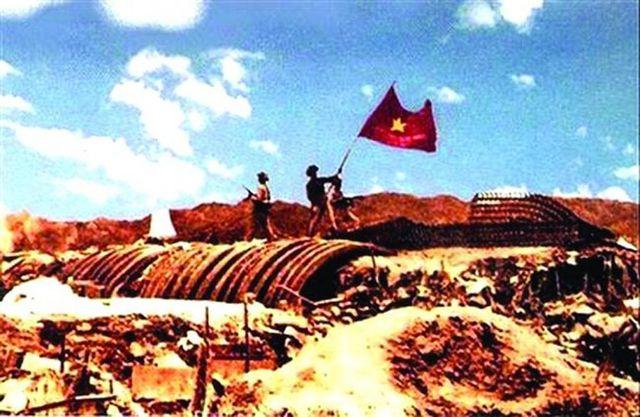 Lá cờ quyết chiến quyết thắng tung bay trên nóc hầm Đờ Cát. Thắng lợi của chiến dịch Điện Biên Phủ đã đặt dấu chấm hết cho ách đô hộ gần 1 thế kỷ của thực dân Pháp ở Việt Nam (ảnh tư liệu).