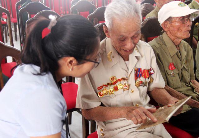 Cựu chiến binh Hồ Viết Lý trò chuyện với PV Dân trí .