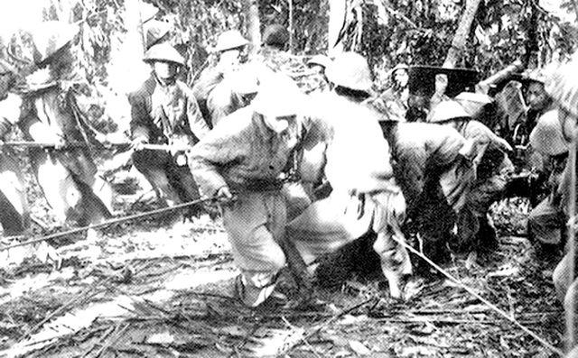 Bộ đội kéo pháo vào Điện Biên Phủ (ảnh tư liệu).