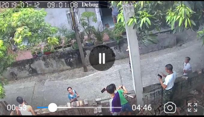 Hình ảnh video 2 người phụ nữ dùng gậy xô đẩy tường rào của nhà bà Thịnh (Video do anh Đảng cung cấp).