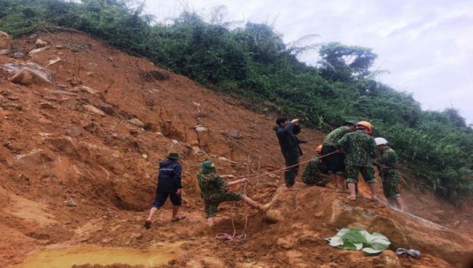 Lực lượng cứu hộ cứu nạn đặt mìn phá đá thông đường 71.