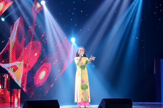 Bé Nguyễn Hoàng Mai Anh khoe giọng hát qua bài