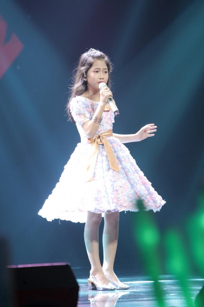 Bé Trần Minh Nguyệt chọn thể hiện ca khúc Tiếng anh 'Canyou feel the love to night