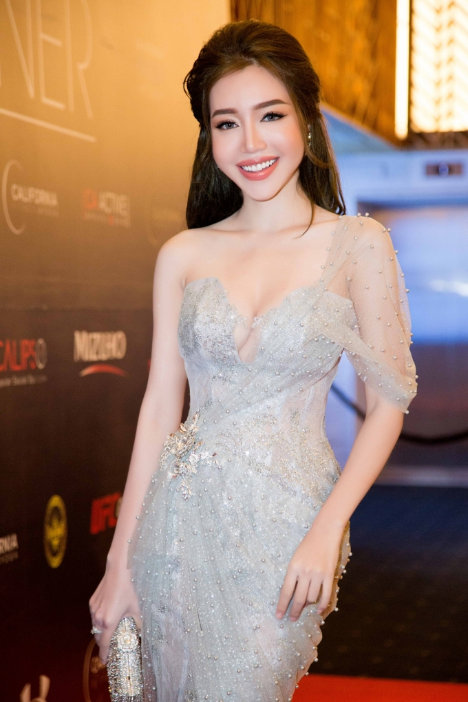 Elly Trần tái xuất lộng lẫy sau thời gian dài vắng bóng