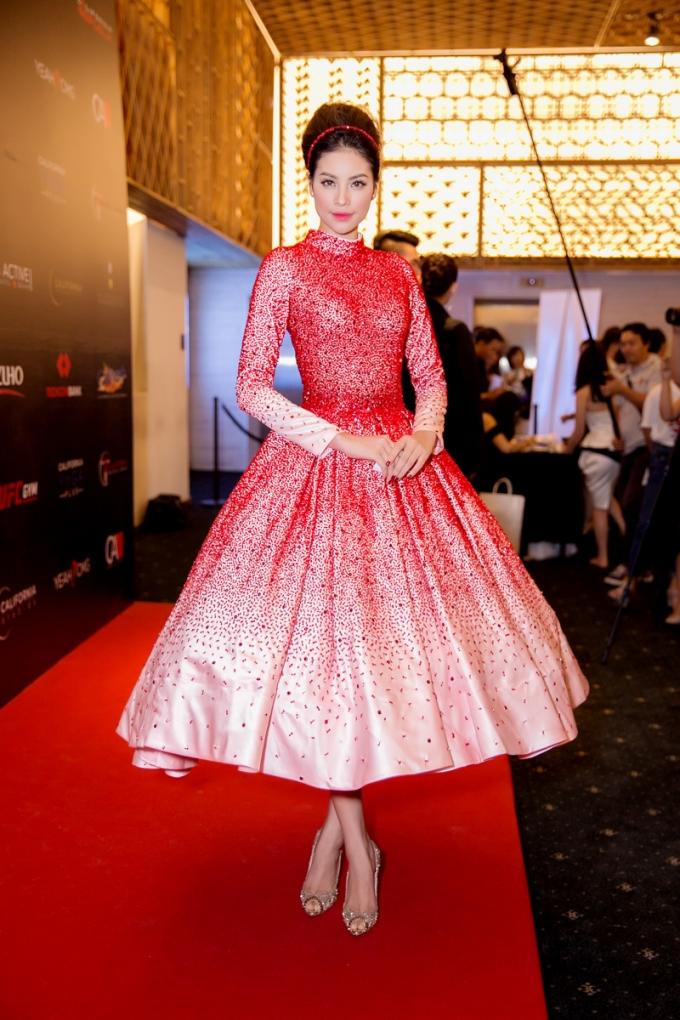 Đây là một trong những lần hiếm hoi Hoa hậu diện style công chúa.