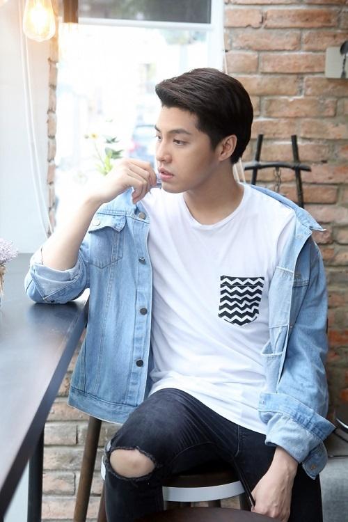 Phong cách street style năng động, trẻ trung của Noo Phước Thịnh: Anh diện áo phông trắng cùng quầnrách gối, khoác ngoài sơ mi denim.