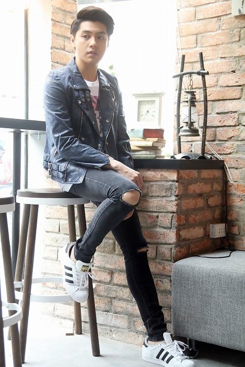 Noo khỏe khoắn cùng áo phông, quần jeans rách, giày thể thao và áo da kéo khóa.