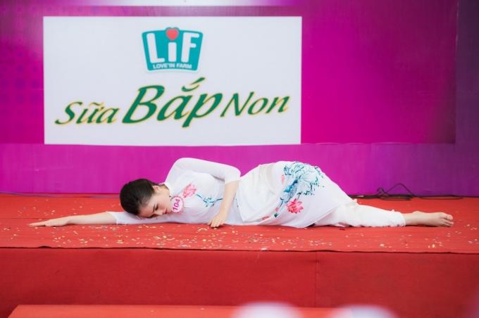 """Trần Thị Thu Hiền (SBD 104)mặc áo dài hoa sen múa đương đại trên nền nhạc xúc động của ca khúc """"Mẹ ơi đừng bỏ con""""."""