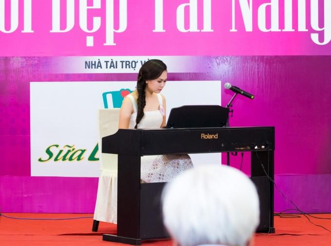 """Nguyễn Hương Mỹ Linh (SBD 139)chơi piano ca khúc """"Bèo dạt mây trôi"""".Tuy đã lâu không chơi nhạc, nhưng người đẹp đến từ Hà Nội vẫn tự tin hoàn thành tiết mục dự thi."""