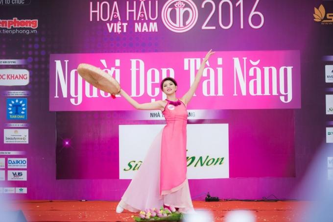 Nguyễn Cát Nhiên (SBD 188)múa hiện đại với ca khúc Bánh trôi nước của Hoàng Thuỳ Linh.