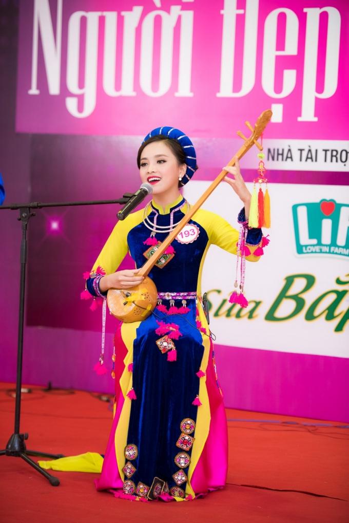 """Trần Tố Như (SBD 193)trình diễn khả năng vừa đánh đàn nhạc cụ dân tộc vừa hát ca khúc """"Tiếng đàn tính quê em"""" mang đậm hơi thở núi rừng."""