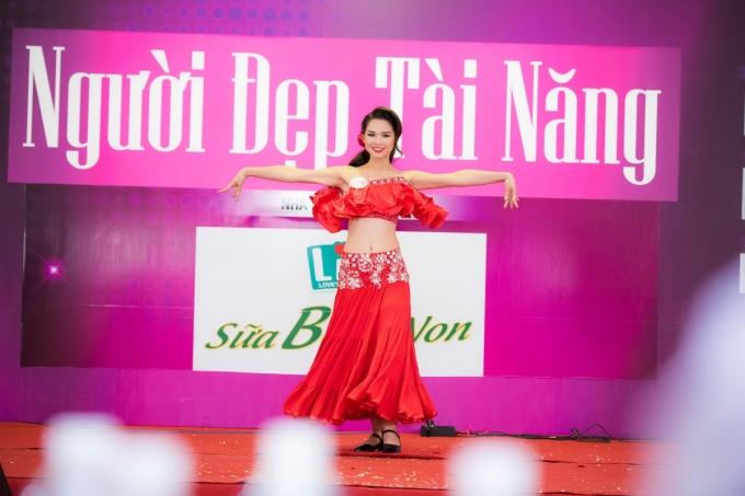 Phan Thu Phương (SBD 296)thổi bùng không khí với màn nhảy Nhảy Flamingo sôi động.