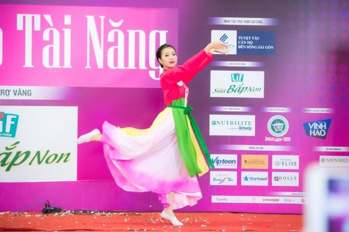 Bùi Nữ Kiều Vỹ(SBD 293)thể hiện điệu múa dân gian dẻo dai cuốn hút và nhận được sự chú ý theo dõi của các thí sinh khác.