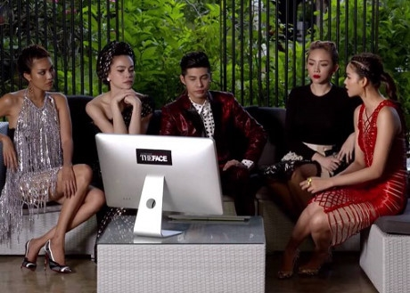 3 HLV cùng 2 vị giám khảo khách mời hào hứng nhận xét về phần thi của các thí sinh trước một máy tính được cho là chưa cắm điện.