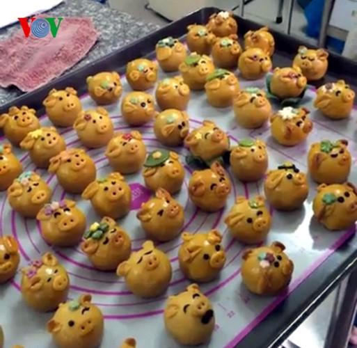 Bánh được bán với giá từ 20 nghìn đến 70 nghìn đồng/chiếc tùy thuộc vào trọng lượng và nhân bánh.