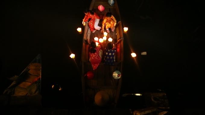 Tiết mục thả đèn hoa đăng trong đêm Trung thu.