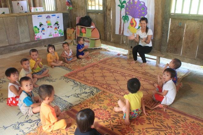 Các bé mầm non ở Piềng Khóe, xã Tam Lư, huyện Quan Sơn (Thanh Hóa) học cùng cô trong phòng học tranh tre tạm bợ - Ảnh: Hà Đồng.
