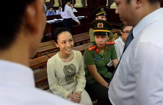 Thậm chí, không ít lần cô cười tươi giữa phiên tòa hay trước vành móng ngựa.
