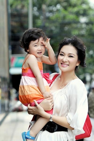 Hoa hậu Nguyễn Thị Huyền và con gái Tống Khánh Linh.