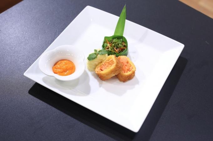 với món cá hồi chiên xù ăn kèm khoai tây nghiền và bông thiên lý xào.