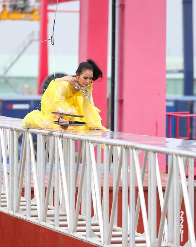 Tập đầu,cô từng vượt qua nỗi sợ hãi trong thử thách catwalk ở độ cao 15 m. Bịvấp ngã, thí sinh vẫn đứng lên trình diễn tiếp. Phong thái mạnh mẽ này đã giúp Ngọc Châu được tấm vé vào nhà chung.