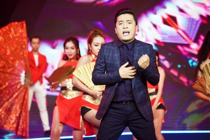 Với những màn vũ đạo ấn tượng của anh hai Lam Trường khép lại chương trình trong sự chào đón cuồng nhiệt của khán giả.