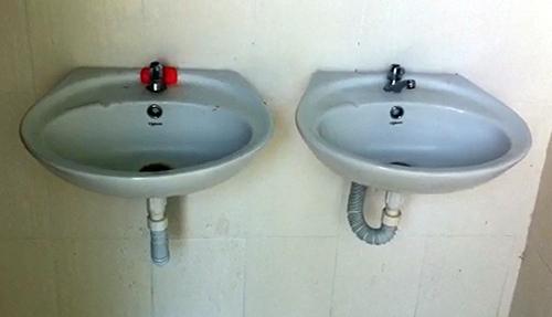 Bồn rửa tay lắp đặt trong nhà vệ sinh trị giá hơn 600 triệu đồng. Ảnh:Cửu Long.