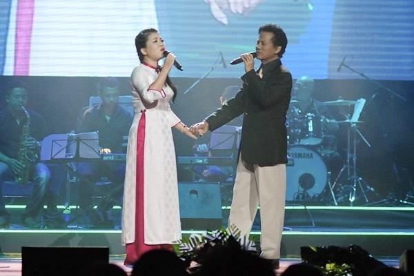 Anh Thơ ngưỡng mộ Chế Linh hơn 70 tuổi vẫn hát live tốt.