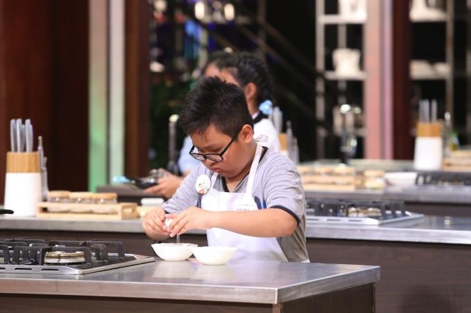 Rất yêu thích nấu ăn nên cậu bé hay lên mạng xem các clip dạy nấu ăn để học hỏi.