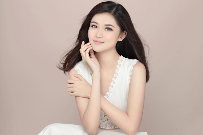 Trong bộ ảnh, kiểu trang điểm tông nude và đôi gò má màu hồng khiến Thùy Dung gương mặt của Thùy Dung trông thanh tú, xinh đẹp hơn hẳn.
