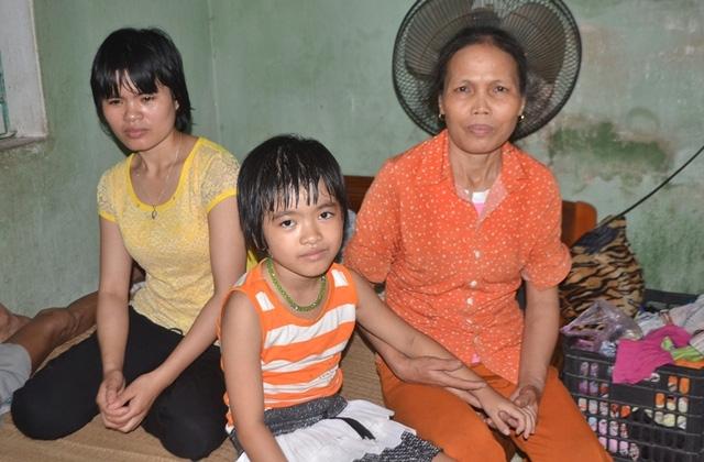 Cả gia đình chị Hào mong nhà chùa sớm trả lại cháu Thiện Nhân. Ảnh Đức Tùy.
