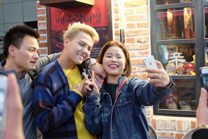 Duy Khánh chụp ảnh cùng người hâm mộ.