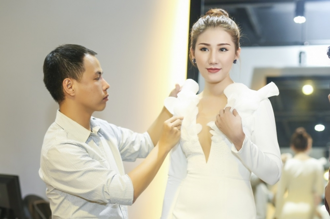 Người đẹp cho biết xu hướng thời trang hiện taị là những bộ váy tối giản với gam màu bắt mắt và gây ấn tượng bởi những đường cắt điêu luyện.