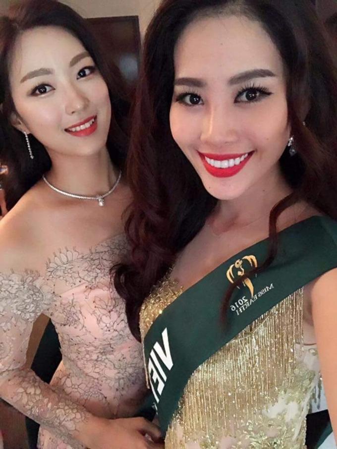 Tuy nhiên, đây là bộ thiết kế khác cùng ý tưởng với bộ sưu tập của một nhà thiết kế từng được Hoa hậu Phạm Hương diện trước đây.