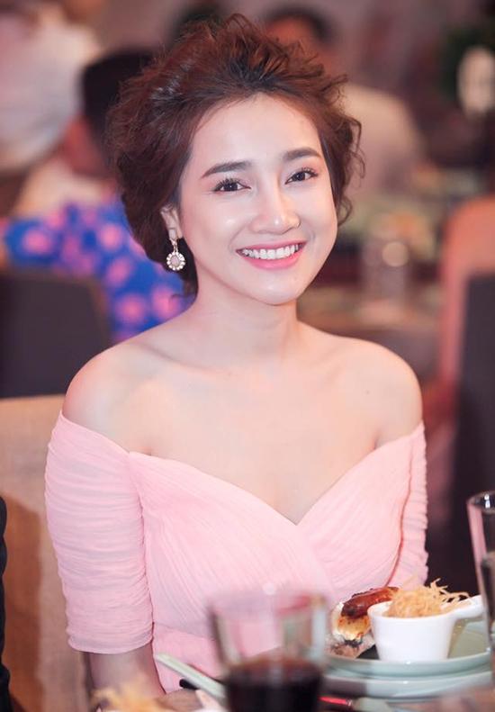Bộ váy dạ hội màu hồng ngọt ngào của NTK Lê Thanh Hoà cũng góp mặt trong bộ sưu tập các trang phục trễ nải được Nhã Phương diện đi sự kiện.