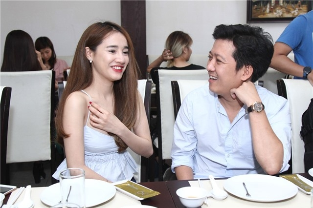 Trong lần tham dự một chương trình hài mới với Trường Giang, Nhã Phương gây bất ngờ khi diện chiếc áo 2 dây khoét sâu, lộ phần lớn ngực. Người đẹp phải liên tục dùng tay chỉnh đốn trang phục.