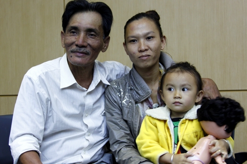 Thương Tín và người vợ thứ 4 cùng con gái.