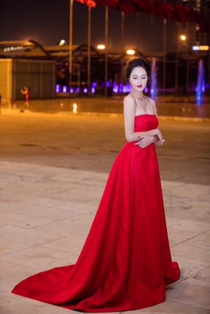 Trong một đêm tiệc thời trang tối 29/10, người đẹp diện đầm dạ hội đỏ rực, khoe trọn vòng 1 gợi cảm cùng làn da trắng ngần.