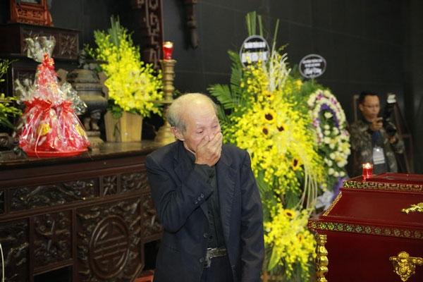 Nghệ sĩ Văn Toản cũng không giấu được xúc động. Ảnh: vietnamnet.