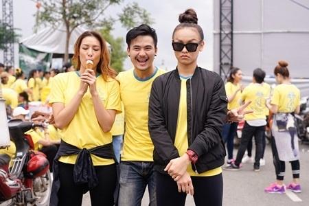 Người mẫu Mai Ngô (áo đen).