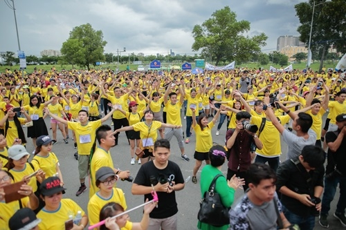 Mặc dù thời tiết tại TP.HCM chuyển mây đen nhưng không ngăn được tinh thần háo hức của mọi người.Sự kiện đi bộ còn có các tiết mục: flashmob, khởi động tập thể, đồng diễn đầy màu sắc.