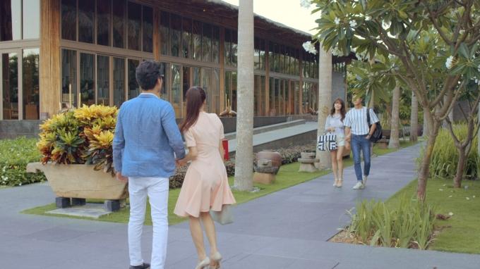 Không hiểu đã có chuyện gì xảy ra mà Linh và Phong lại nắm tay đúng lúc Junsu và Cynthia đi tới.
