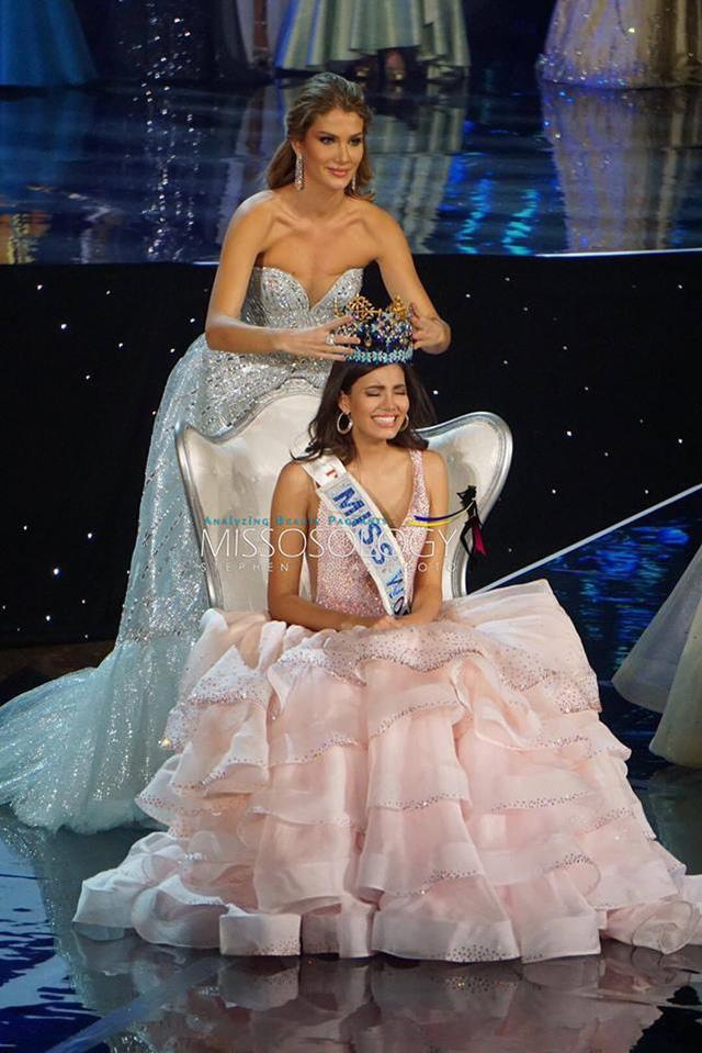 Khoảnh khắc Hoa hậu Thế giới 2016 được Hoa hậu tiền nhiệm trao vương miện.