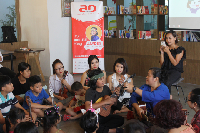 Jayden Trịnh và mẹ lớp Ukulele ở Trung tâm Nghệ thuật Adam.