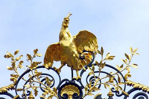 Hình ảnh gà trống trên cổng điện Elysées, Pháp.