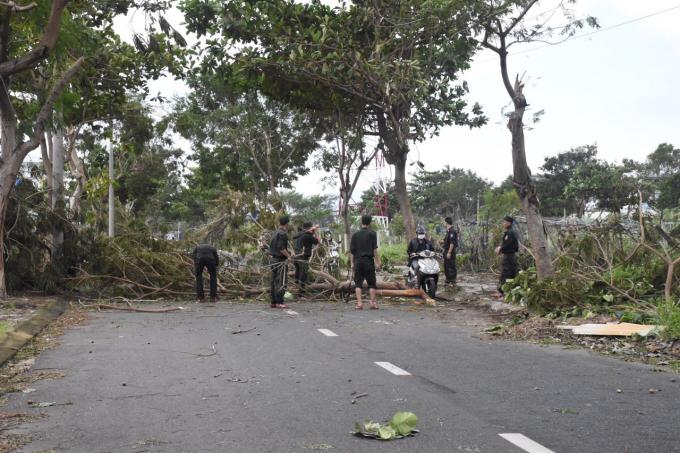 Cán bộ chiến sỹ, trung đoàn CSCĐ trung bộ căt, dọn cây gảy đổ thông các tuyến đường tại phường Hoà Xuân, quận Cẩm Lệ, Đà Nẵng