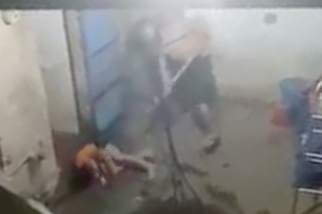 Hình ảnh cha đánh con lan truyền trên mạng xã hội.