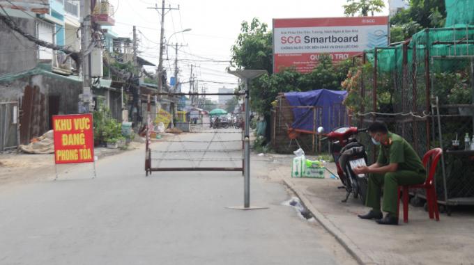Lực lượng chức năng túc trực tại khu vực phong tỏa tại phường Thạnh Lộc, Quận 12.